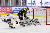 Davidsson nära att få in pucken bakom AIK:s Engstrand.