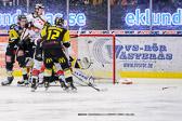 Emmerdahl och Johansson kämpar mot Karlskrona spelarna framför Bjurö. VIK klarade sig denna gång även fast det ser ut att pucken går i mål.