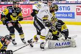 AIK:s Yared Hagos försökte plocka returen, men Fransson släppte aldrig.